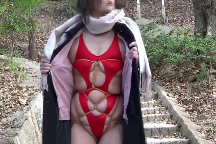 個人撮影エロコスチュームぽっちゃり奥様の野外散歩